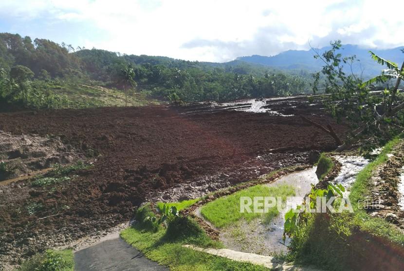 Bencana tanah longsor kembali terjadi Di Jawa Tengah. Longsor terjadi di Desa Pasir Panjang, Kecamatan Salem, Kabupaten Brebes, Jawa Tengah, Kamis (22/2) pukul 08:00 WIB.