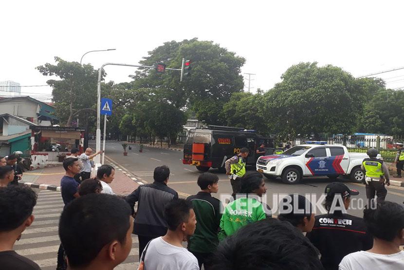 Benda mencurigakan diduga bom ditemukan pengendara ojek online di sekitar Stasiun Pal Merah, Jakarta Barat, Selasa (15/5).