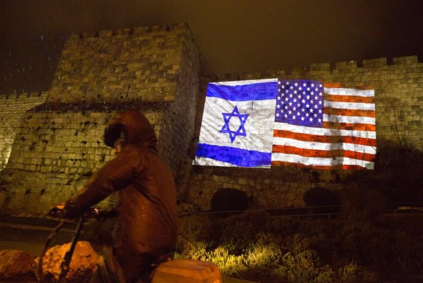 Bendera Israel dan Amerika Serikat diproyeksikan di dinding kota tua Yerusalem, Rabu (6/12). Presiden AS Donald Trump mengakui Yerusalem sebagai ibu kota Israel.