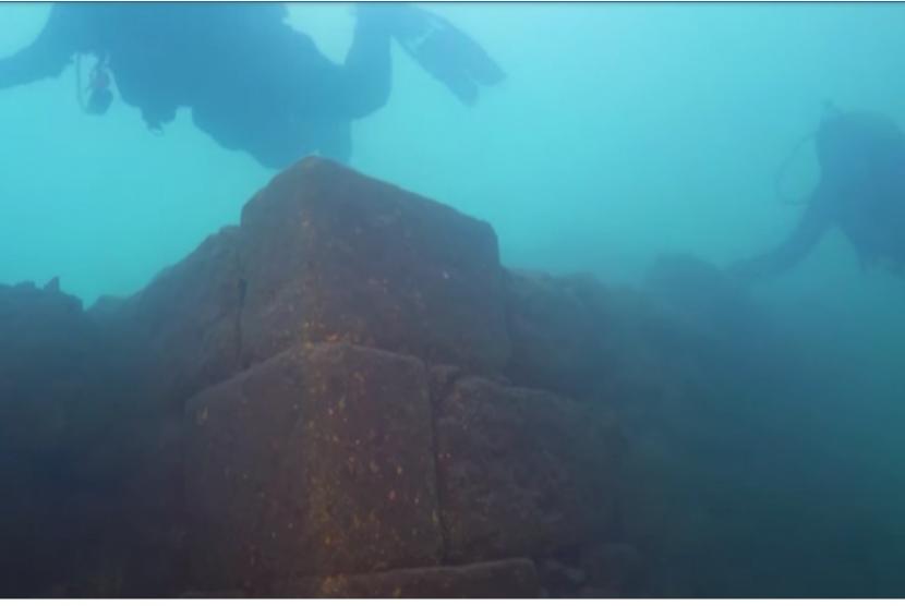 Benteng yang ditemukan di dasar danau Van di Turki.