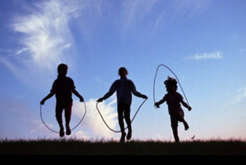 Beraktivitas di luar seperti main lompat tali bisa membantu mengasah potensi anak dengan kecerdasan kinestetis