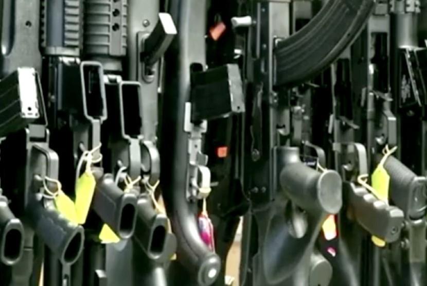 Berbagai jenis senjata di sebuah toko senjata di AS