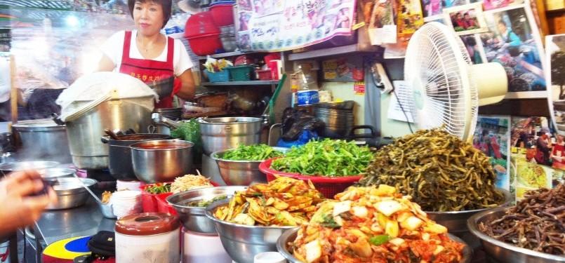 Berbagai makanan khas Korsel dijual di pasar tradisional Gwangjang Seoul.