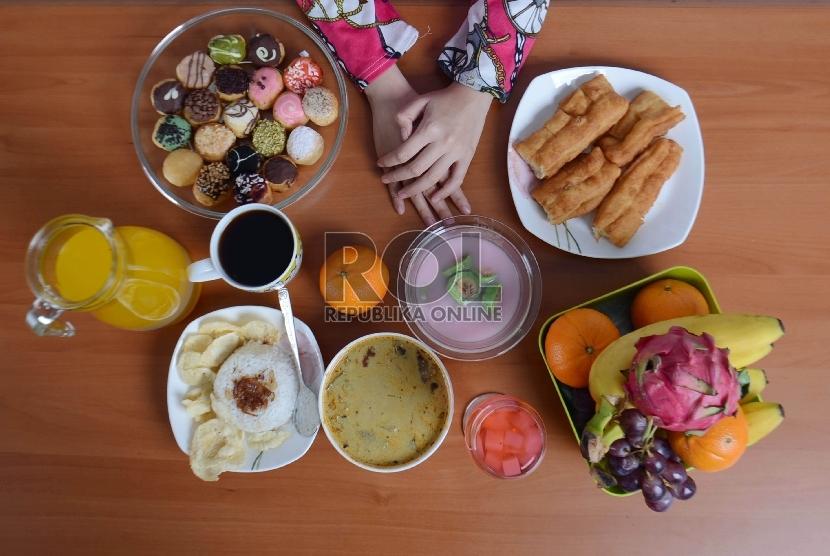 Berbagai makanan terhidang saat Lebaran, santap dalam porsi secukupnya. Hindari makan berlebihan.