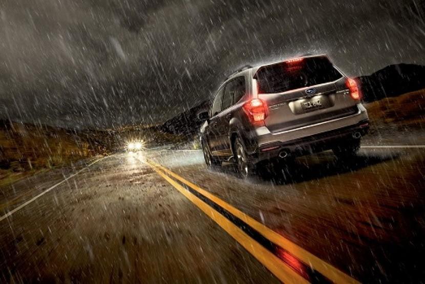 Berkendara saat hujan. Ilustrasi