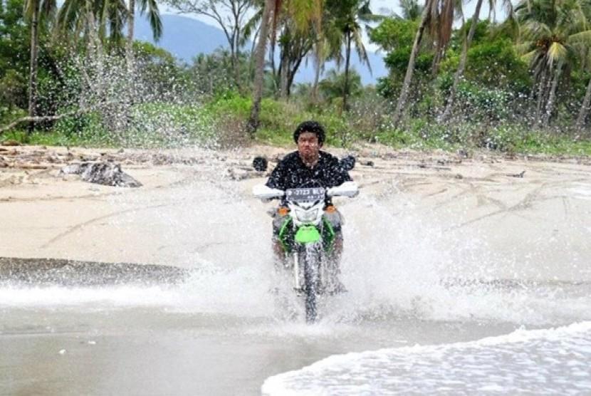 Berlatih handling di Pantai Ujung Kulon