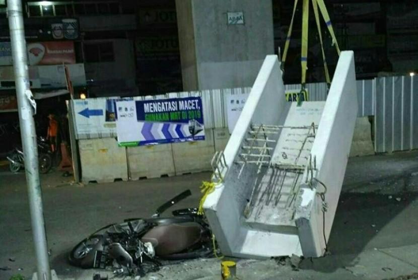 Beton proyek MRT di Jalan Wijaya, Panglima Polim yang jatuh menimpa pengendara motor, Jumat (3/11)