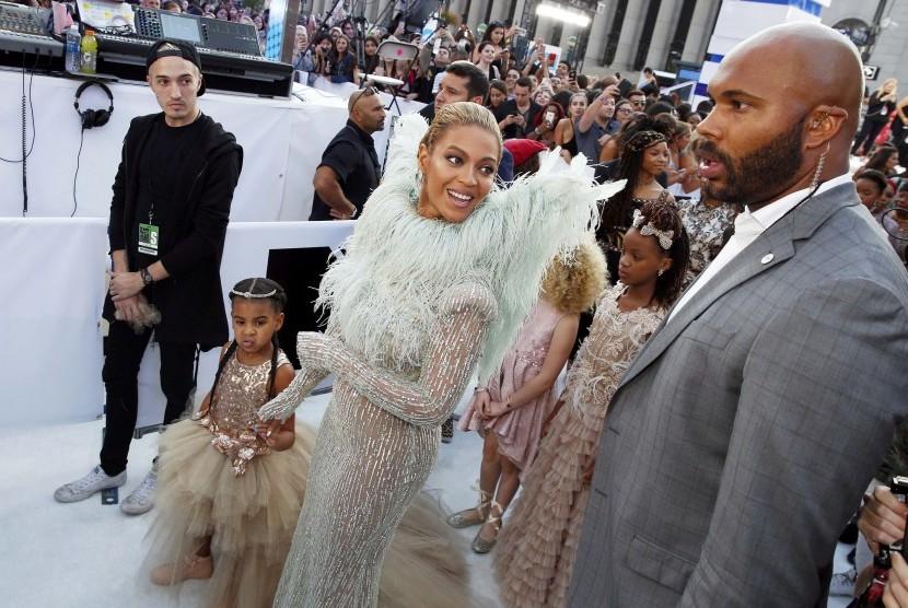 Beyonce menggandeng Blue Ivy di MTV Video Music Awards, Senin (29/8).