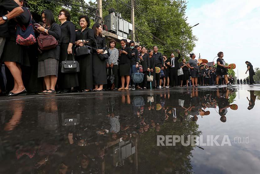Bhumibol: Antrean warga Thailand menuju Istana Kerajaan untuk menyampaikan bela sungkawa atas meninggalnya Raja Bhumibol Adulyadej