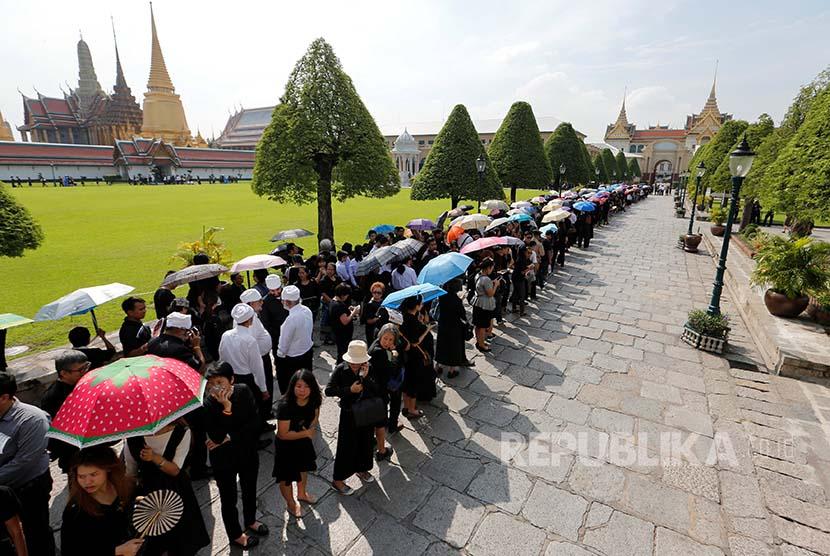 Bhumibol: Tamu berbaris memasuki Istana Raja untuk menyampaikan rasa belasungkawa atas meninggalnya Raja Bhumibol Adulyadej.