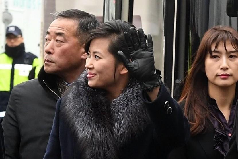 Bintang pop asal Korea Utara (Korut), Hyon Song Wol, melambaikan tangan saat tiba di Seoul, Korea Selatan pada Ahad (21/1).