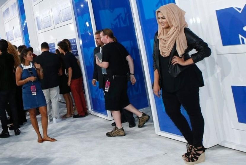 Narablog (blogger) Muslim dari AS Amani Al-Khatahtbeh (kanan) menolak menerima penghargaan Changemaker dari Revlon karena menjadikan aktris Israel Gal Gadot sebagai brand ambassador.