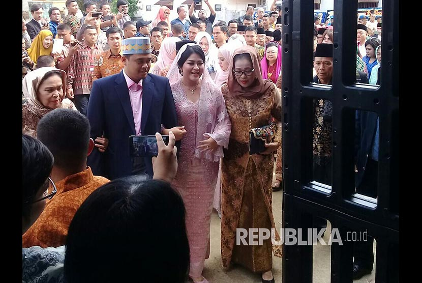 Bobby-Kahiyang saat baru tiba di lokasi mangalehan marga atau pemberian marga, Selasa (21/11). Acara digelar di kediaman paman Bobby di Jl Suka Tangkas, Medan Johor, Medan.