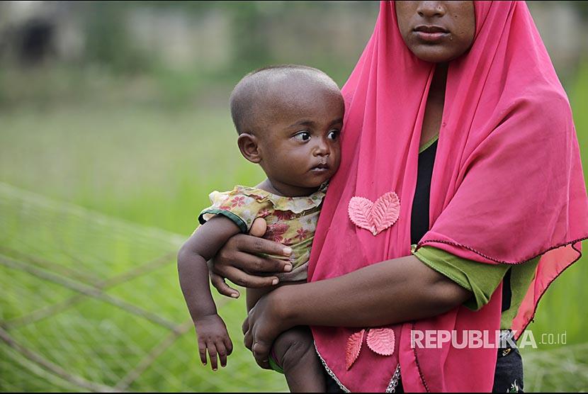 Bocah Rohingya di pangkuan ibunya di Ukhiya, Cox Bazaar, Bangladesh