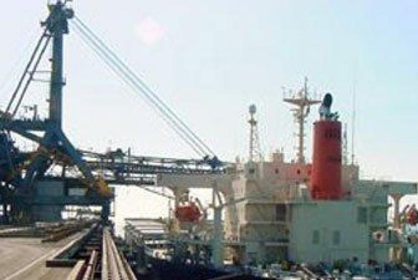 Bongkar muat barang di pelabuhan.