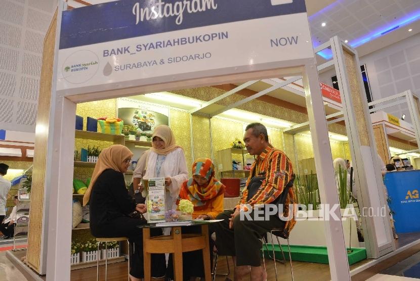Booth salah satu bank syariah pada ajang pameran Indonesia Sharia Economic Festival (ISEF) 2016 di Surabaya, Kamis (28/10) malam.