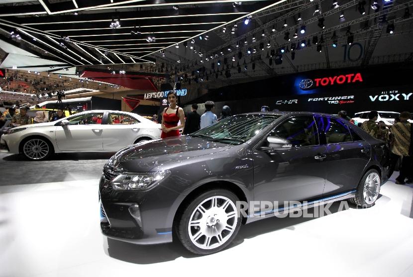 Booth Toyota meramaikan Pameran Gaikindo Indonesia International Auto Show (GIIAS) 2017di ICE BSD City, Tangerang, Banten, Kamis (10/8).