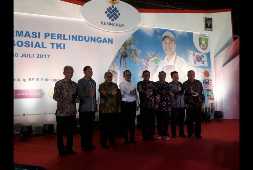 BPJS Ketenagakerjaan bersama Kementerian Tenaga Kerja  meluncurkan Transformasi Perlindungan Jaminan Sosial TKI di Pendopo Kantor Bupati Tulungagung, Jawa Timur, Ahad (30/7).