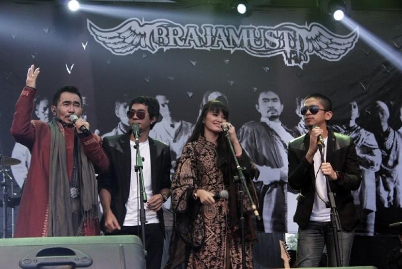 Brajamusti saat tampil di launching album religi bersama bandnya, 'Brajamusti Band', Ahad (28/7)