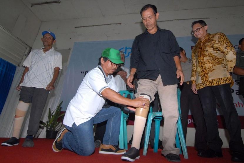 Pemasangan kaki palsu kepada orang yang pernah mengalami kusta