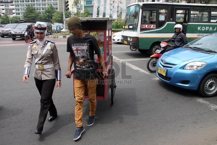 Anggota polwan Bripka Novi dengan mengenakan seragam polisi berjilbab ...