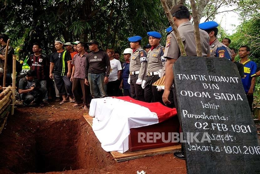 Bripka Taufik Hidayat, anggota Unit Reskrim Polsek Senen, Jakarta Pusat, dimakamkan di TPU Sirna Asih Desa Cilegong, Kecamatan Jatiluhur, Purwakarta, Jabar, Rabu (20/1).