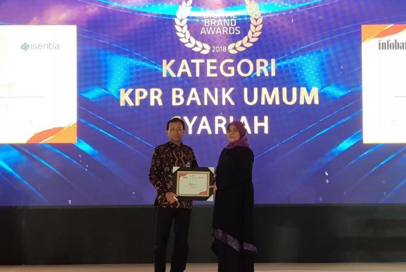 BRISyariah menerima Digital Brand Award dari  Majalah Infobank.