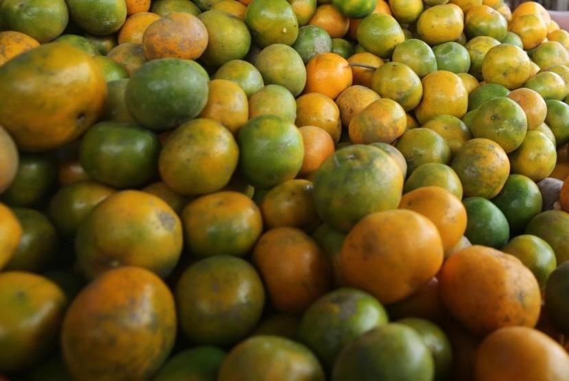 Buah jeruk mengandung enzim yang mampu membersihkan hati secara alami.
