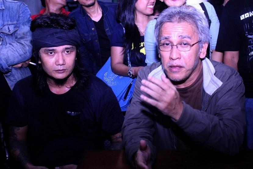 Budi Cilok (Kiri) bersama Iwan Fals (Kanan) usai tampil bersama di peluncuran album Budi Cilok, Jumat (29/8) malam di Rolling Stones Cafe, Jakarta
