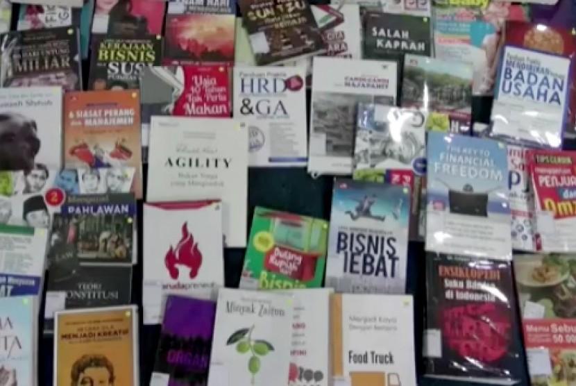 Buku-buku di perpustakaan (ilustrasi)