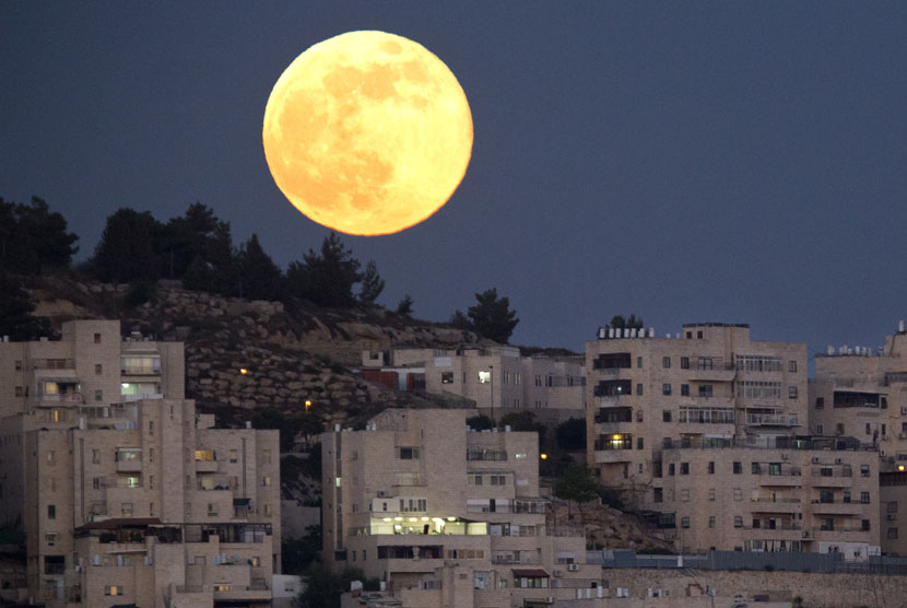 Bulan purnama tampak di langit kota suci Yerusalem.    (AP/Jim Hollander)