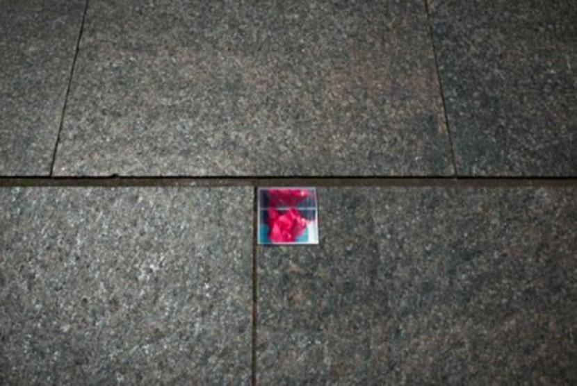 Bunga yang ditinggalkan warga diawetkan dan diletakan didalam kubus.