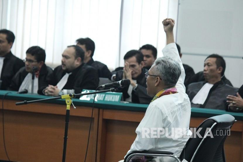 Buni Yani meneriakan Takbir pada sidang putusan dirinya, di Dinas Perpustakaan dan Kearsipan Kota Bandung, Selasa (14/11).