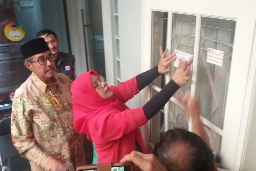 Bupati Bandung Barat H Abubakar (berpeci) menyaksikan petugas KPU Kabupaten Bandung Barat yang tengah menempelkan stiker dalam proses pencocokan dan penelitian (coklit) data pemilih di rumah tinggalnya, akhir pekan lalu.