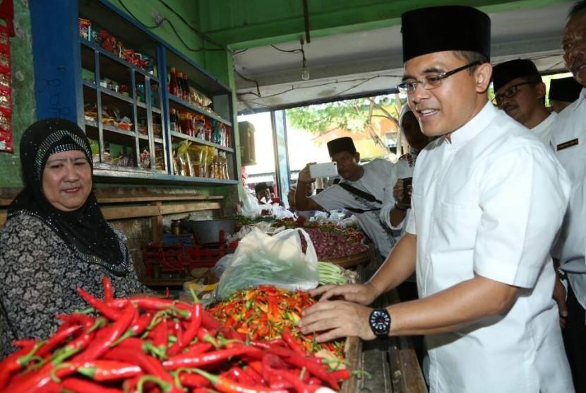 Bupati Banyuwangi, Abdullah Azwar Anas, melakukan pengecekan harga bahan kebutuhan pokok di Pasar Banyuwangi, Selasa (30/5).