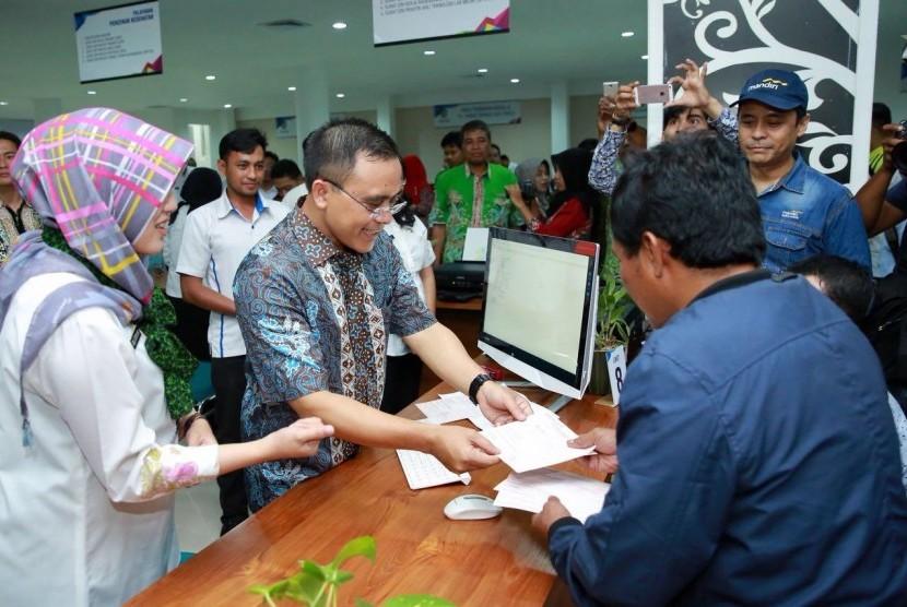 Bupati Banyuwangi, Abdullah Azwar Anas meluncurkan Mal Pelayanan Publik, Jumat (6/10).