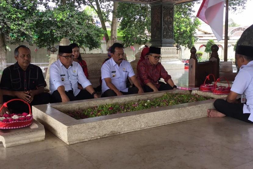 Bupati Banyuwangi, Abdullah Azwar Anas (paling kanan) saat berziarah ke makam Presiden pertama Indonesia, Sukarno, Rabu (18/10).