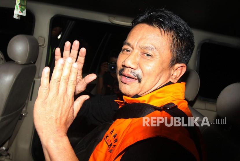 Bupati Jombang Nyono Suharli Wihandoko (tengah) berada dalam mobil tahanan seusai menjalani pemeriksaan perdana di Gedung KPK, Jakarta, Rabu (7/2).