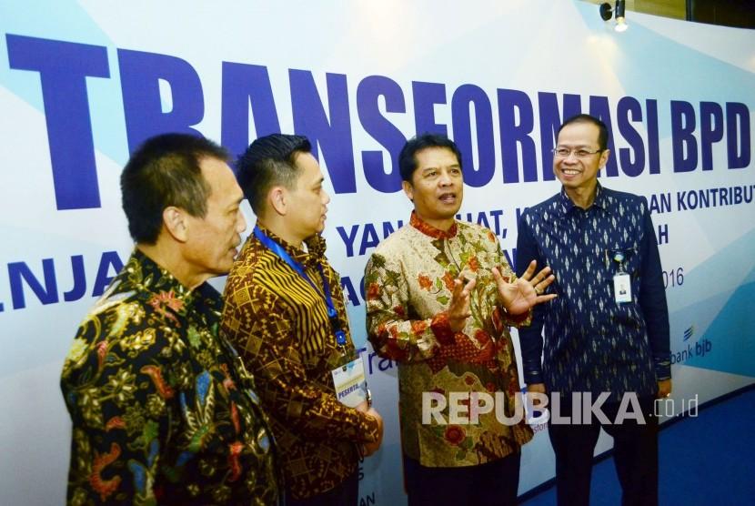 Bupati Kabupaten Bandung Dadang M Naser (kedua kanan) berbincang dengan Dirut Bank BJB ahmad Irfan (kanan) pada acara 'Sosialisasi Transformasi Bank Pembangunan Daerah (BPD)' di Kota Bandung, Senin (29/8). (Republika/Edi Yusuf)