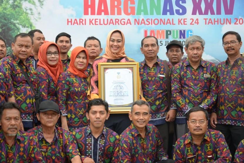 Bupati Karawang dr Cellica Nurrachadiana meraih penghargaan Manggala Karya Kencana karena dinilai sukses menjalankan Program Kependudukan dan Keluarga Berencana dan Pembangunan Keluarga Sejahtera dalam acara puncak Peringatan Hari Keluarga Nasional (Harganas) 2017 di Kota Bandar Lampung, Lampung, akhir pekan lalu.