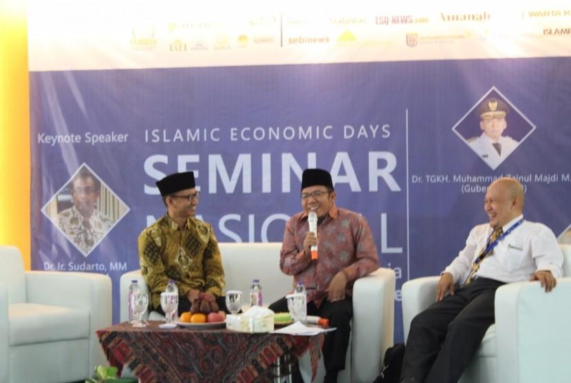 Bupati Lombok Najmul Akhyar (tengah) berbagi rahasia sukses mengembanngkan wisata halal pada seminar industri halal yang digelar di kampus STEI SEBI, Depok, Sabtu (11/3/2017).