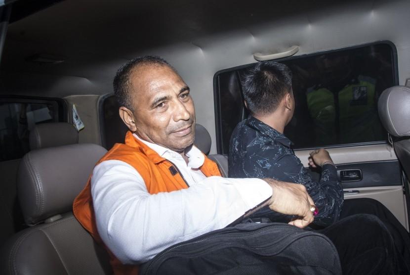 Bupati Ngada Marianus Sae (kiri) yang menggunakan rompi tahanan, berada di dalam mobil tahanan seusai menjalani pemeriksaan di gedung KPK, Jakarta, Senin (12/2).