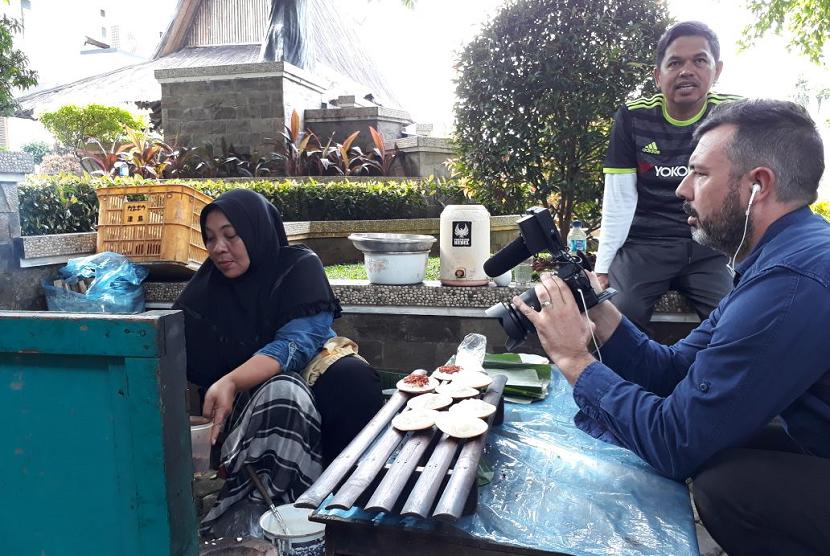 Bupati Purwakarta Kenalkan Surabi ke Wartawan Asing