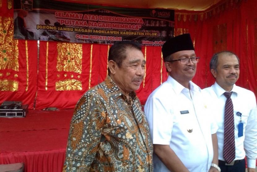 Bupati Solok Gusmal (tengah) didampingi Ketua Umum Yagemi  Firdaus Oemar (kiri) dan Kepala Cabang (Kacab) PT Taspen Sumbar Jhon Irwan.