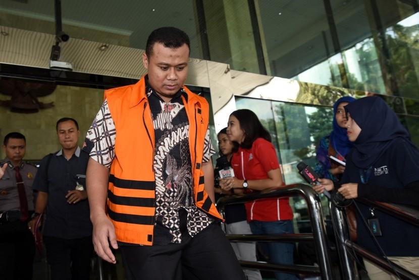 Bupati Subang nonaktif Ojang Sohandi berjalan bergegas seusai menjalani pemeriksaan di Gedung KPK, Jakarta, Kamis (30/6).