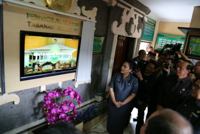 Bupati Tabanan Ni Putu Eka Wiryastuti di Kantor PN Tabanan. Selasa (24/10).