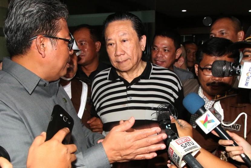 Buronan perkara Bantuan Likuiditas Bank Indonesia (BLBI) Samadikun Hartono meninggalkan gedung usai menjalani pemeriksaan di Gedung Kejaksaan Agung, Jakarta, Kamis (21/4).  (Antara/Rivan Awal Lingga)