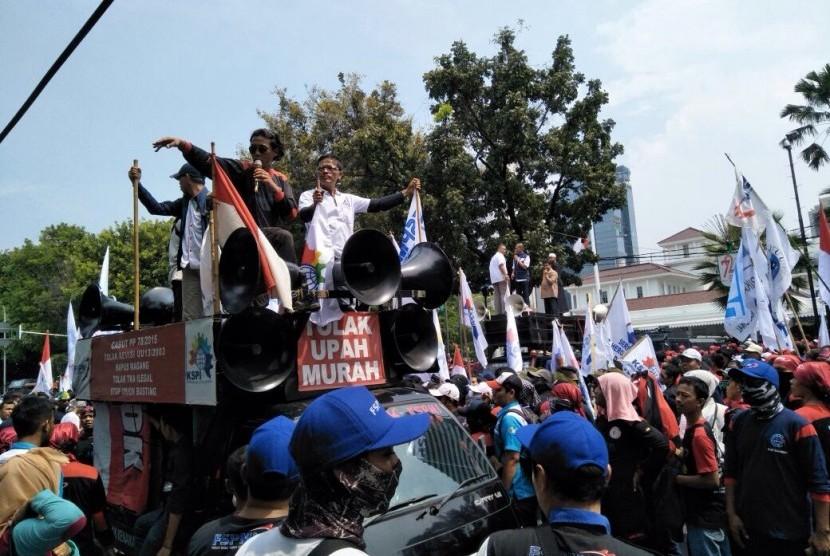 Buruh berdemonstrasi di depan Balai Kota DKI Jakarta, Jumat (10/11).