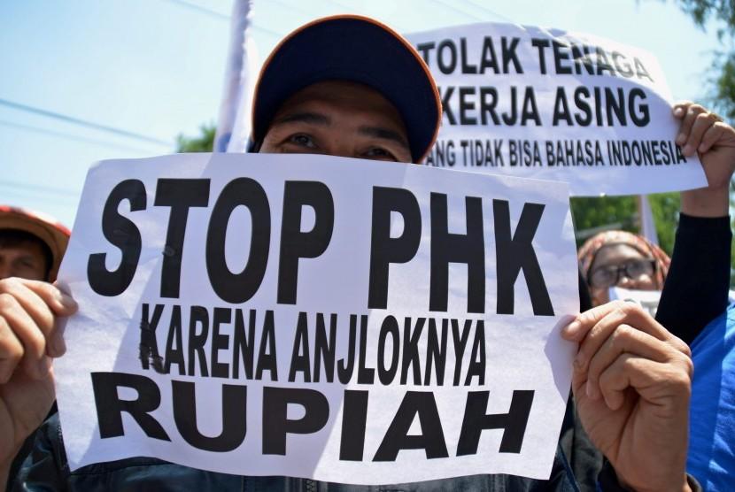 Buruh dari Federasi Serikat Pekerja Metal Indonesia (FSPMI) saat berunjuk rasa di Semarang, Jateng, Selasa (1/9).