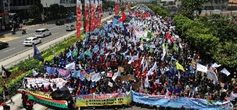 Buruh melakukan long march dari Bundaran Hotel Indonesia menuju Istana Merdeka saat berunjuk rasa menolak rencana kenaikan harga BBM. (ilustrasi)